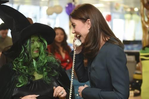 """Kate Middleton """"flirta"""" al telefono. A fin di bene 7"""