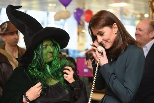 """Kate Middleton """"flirta"""" al telefono. A fin di bene 13"""