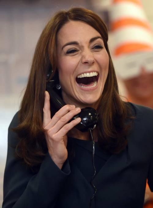 """Kate Middleton """"flirta"""" al telefono. A fin di bene 19"""