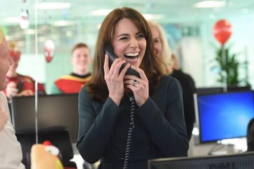 """Kate Middleton """"flirta"""" al telefono. A fin di bene 17"""