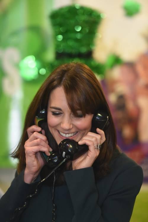 """Kate Middleton """"flirta"""" al telefono. A fin di bene 20"""