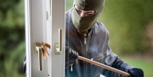 Cercano di rapinare un'anziana: alla porta trovano un campione di judo