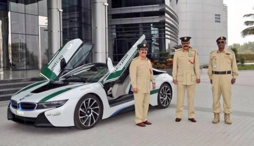 La polizia di Dubai naviga nel lusso tra Bugatti, Ferrari e Aston Martin