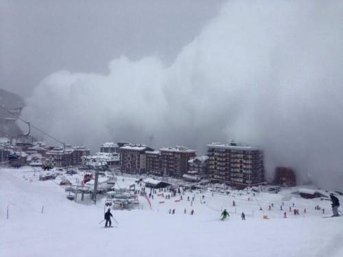 Valanga su Cervinia. La neve avvolge il paese