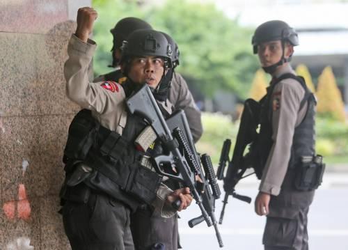 Agenti dispiegati contro gli attacchi a Giacarta 3