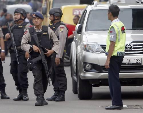 Agenti dispiegati contro gli attacchi a Giacarta 6