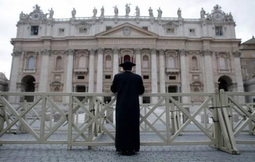 Il cardinale abbraccia i massoni. Ma è un abbraccio da lontano