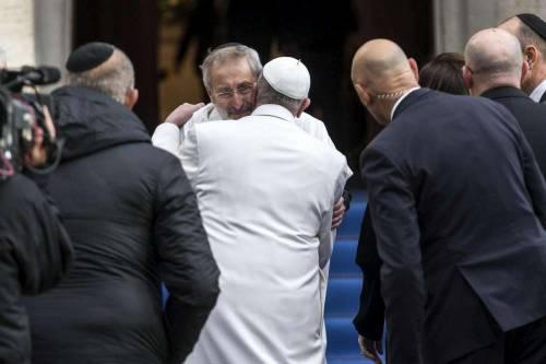 Bergoglio visita la Sinagoga