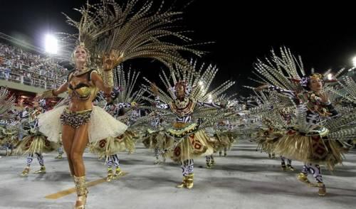 """Il """"giapponese"""" della polizia è la star del carnevale di Rio"""