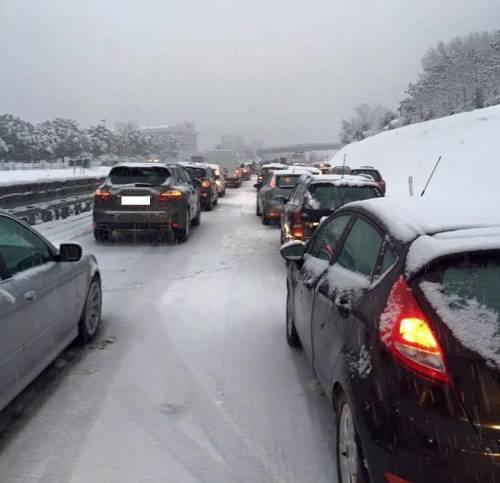 Nevica sulla Salerno-Reggio. Bloccati per ore, poi i soccorsi
