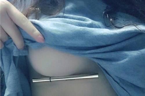 La nuova sfida hot sui social: penna sotto il seno 3