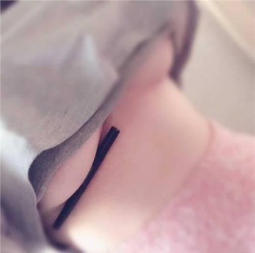 La nuova sfida hot sui social: penna sotto il seno 9