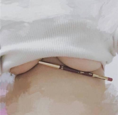 La nuova sfida hot sui social: penna sotto il seno 18
