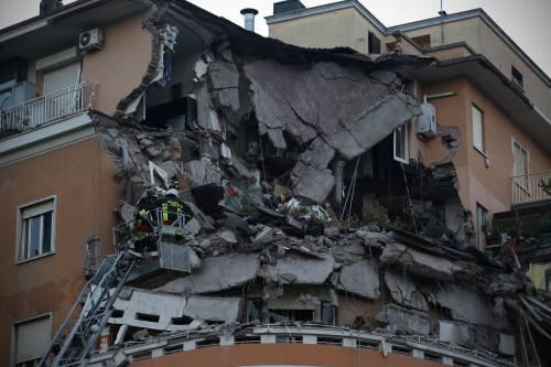 Roma, crollano tre piani di un palazzo 2
