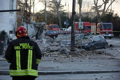 Roma, crollano tre piani di un palazzo 4