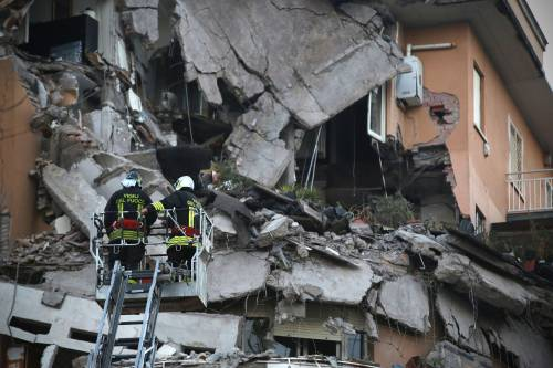 Roma, crollano tre piani di un palazzo 3