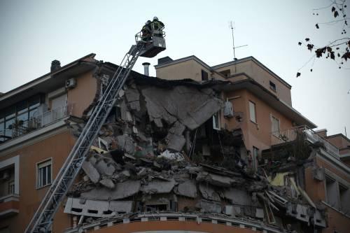 Roma, crollano tre piani di un palazzo 6