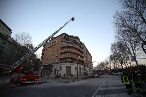 Roma, crollano tre piani di un palazzo 7
