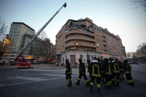 Roma, crollano tre piani di un palazzo 9
