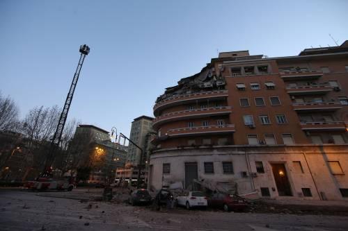 Roma, crollano tre piani di un palazzo 8