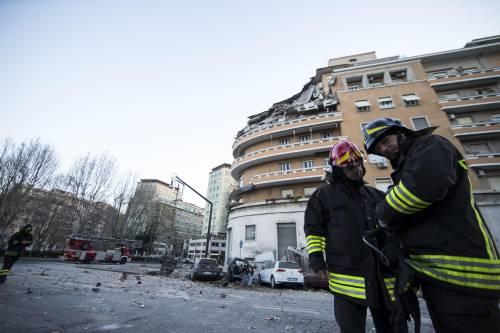 Roma, crollano tre piani di un palazzo 12