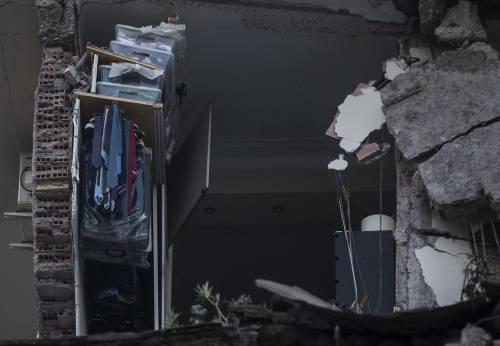 Roma, crollano tre piani di un palazzo 11