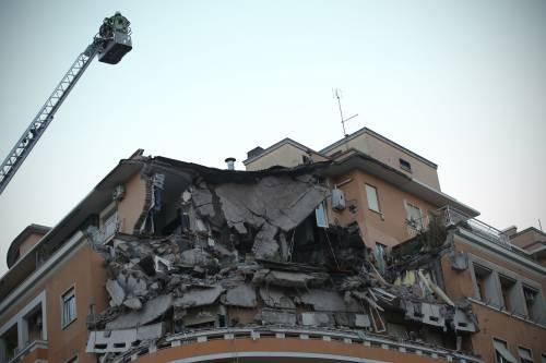 Roma, crollano tre piani di un palazzo 10