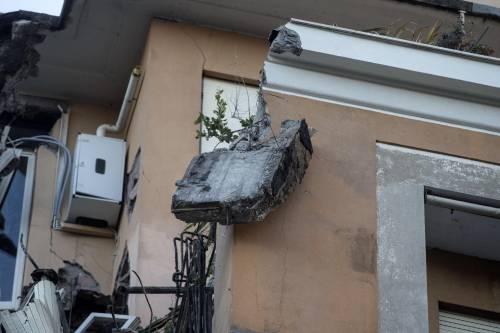 Roma, crollano tre piani di un palazzo 15