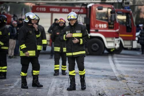 Roma, crollano tre piani di un palazzo 16