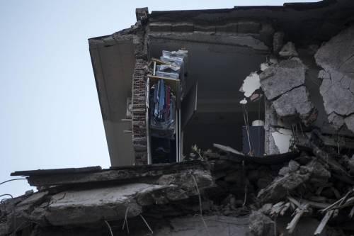 Roma, crollano tre piani di un palazzo 22