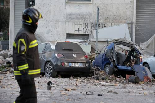 Roma, crollano tre piani di un palazzo 24