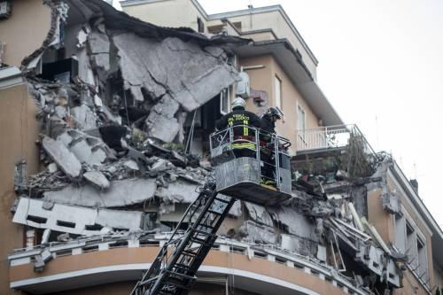 Roma, crollano tre piani di un palazzo 23