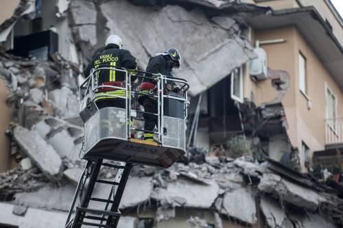 Roma, crollano tre piani di un palazzo 26
