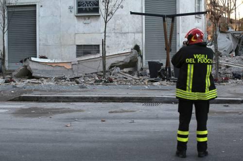 Roma, crollano tre piani di un palazzo 32