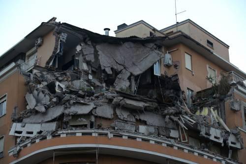 Roma, crollano tre piani di un palazzo 33