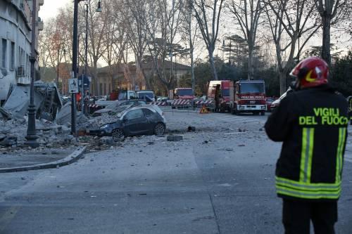 Roma, crollano tre piani di un palazzo 35