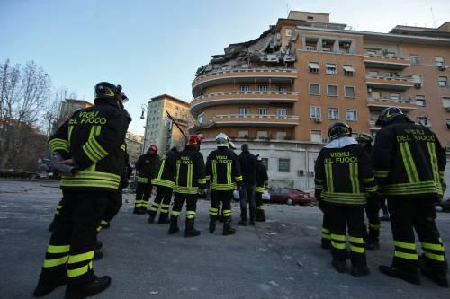 Roma, crollano tre piani di un palazzo 36