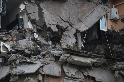 Roma, crollano tre piani di un palazzo 21