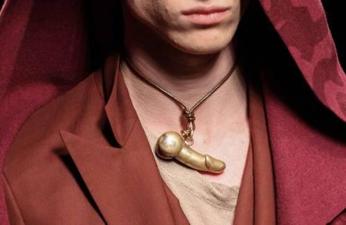 Vivienne Westwood presenta le collane per uomo con il ciondolo a forma di pene