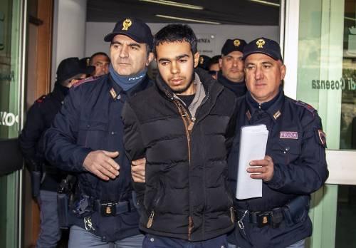 Il marocchino Hamil Mehdi scortato in carcere dagli agenti dell'antiterrorismo