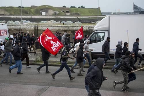 Calais, la rivolta dei migranti 9
