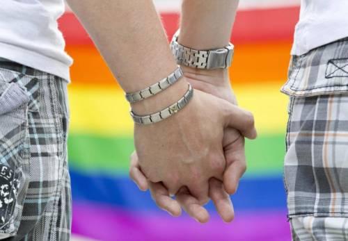 Coppia gay si bacia in spiaggia e viene presi a pugni