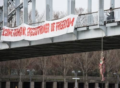 """Femen, donna """"impiccata"""" contro Rohani"""