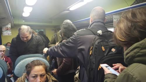 Le proteste dei pendolari e l'assurda risposta del controllore