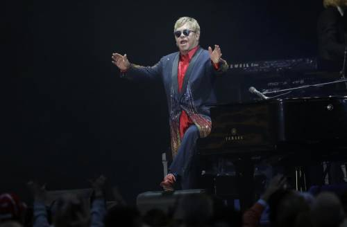 """Sanremo, i gay allo scontro: """"Elton John parli dei suoi figli"""""""