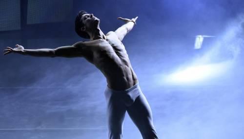 Sanremo, Roberto Bolle sul palco dell39;Ariston balla i Queen