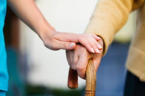 Anziani soli e depressi: in 5 mila sposano le badanti