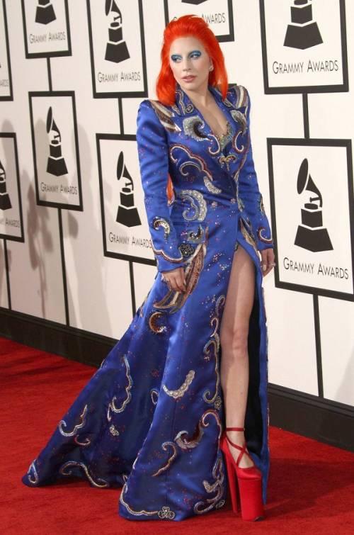 Lady Gaga: capelli rosso fuoco per i Grammy 2016. Foto 3