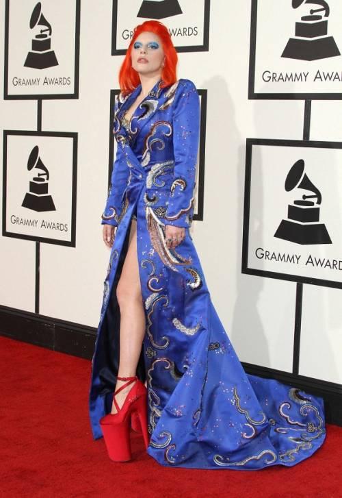 Lady Gaga: capelli rosso fuoco per i Grammy 2016. Foto 4