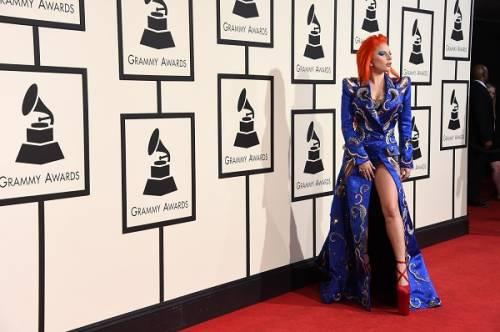Lady Gaga: capelli rosso fuoco per i Grammy 2016. Foto 7